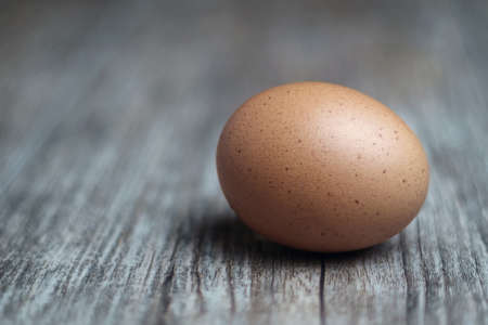 Single brown egg on the wooden table, selective focus 版權商用圖片