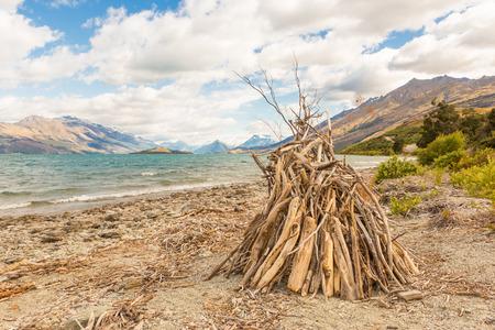 Hut of branches on a stormy beach 版權商用圖片