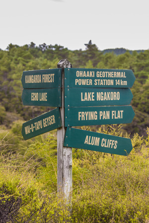 Directions markers in Wai-O-Tapu geothermal park, Rotorua, New Zealand 版權商用圖片
