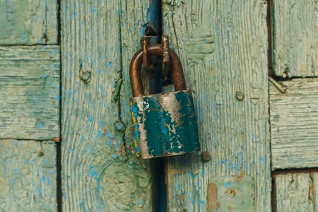 fermé vieilles portes pendaison et serrure rouillée