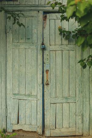 puertas antiguas: cerrado puertas viejas para colgar y cerradura oxidada Foto de archivo