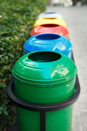 separacion de basura: los contenedores de basura de colores para la separación de basura. El cuidado de la naturaleza y la ecología. La vegetación alrededor. Contenedores para plástico, papel, vidrio y metal.
