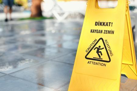 avertissement jaune signe d'avertissement sol glissant est la tuile Banque d'images