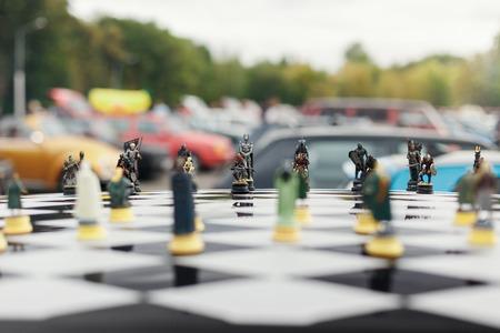 schaakbord met figuren op het dak van de auto Stockfoto