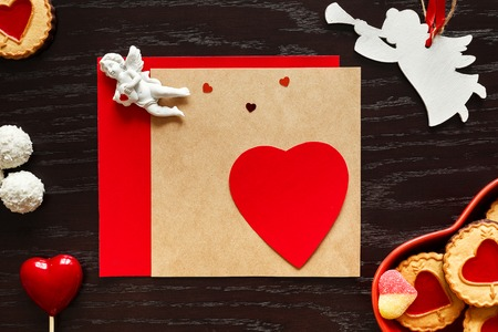 Valentine, hart en engelen op houten achtergrond Stockfoto