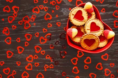 plaat van hartvormige koekjes is op de tafel in de viering van Valentijnsdag Stockfoto