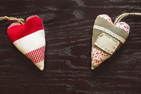 twee stoffenharten op houten tafel op Valentijnsdag