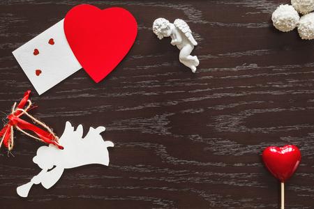 Valentine, hart en engelen op houten achtergrond. Koekjes, gelei en snoepjes in de vorm van de zon. Stockfoto