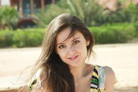 Le portrait de la jolie fille aux cheveux longs sur la plage avec des yeux verts Banque d'images - 8764147