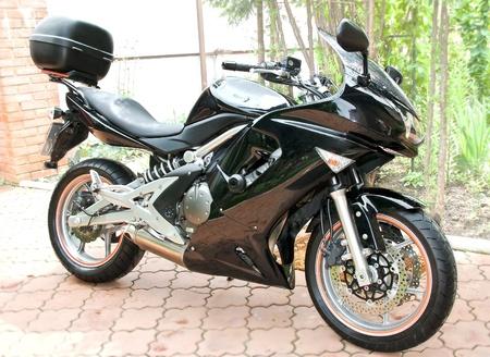 motor race: Sport zwarte motorfiets met grote wielen op aard achtergrond