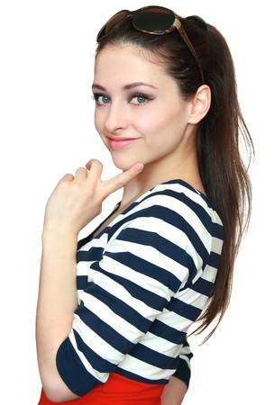 adolescentes chicas: Hermosa chica en traje de colores brillantes y modernas gafas de pensar en la celebraci�n de los dedos en la cara aisladas sobre fondo blanco