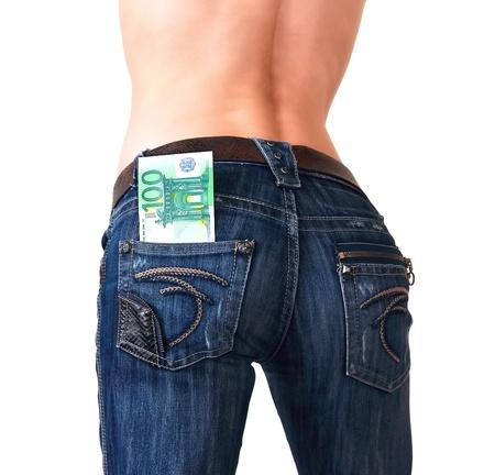bolsa dinero: Espalda de la mujer sexy en vaqueros con dinero en el bolsillo aisladas sobre fondo blanco Foto de archivo