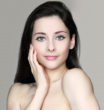 corps femme nue: Beaut�, femme, toucher la peau du visage propre et d'allure closeup portrait d'une jeune fille isol�e corps nu aux cheveux longs