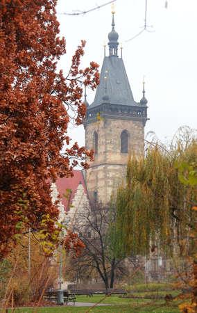 Old Prague Gebäude zwischen den Bäumen in der Nähe Park im Herbst Hintergrund Neustädter Residenz