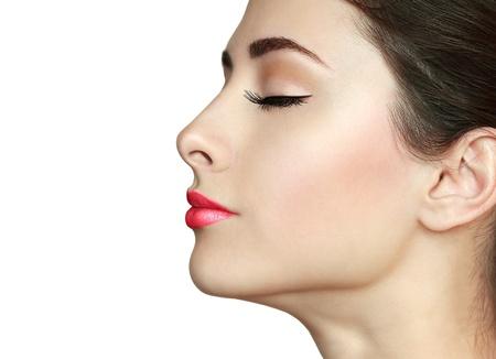 ojos cerrados: Belleza perfecta maquillaje muchacha perfil de la cara con los ojos cerrados y las pesta�as largo aislado sobre fondo blanco