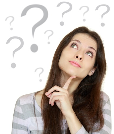 woman issues: Mujer de pensamiento hermosa con el signo de interrogaci�n debajo de la cabeza aislada en el fondo blanco