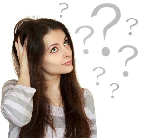 preguntando: Mujer de pensamiento de negocios con signo de interrogación sobre la cabeza aislada en el fondo blanco Foto de archivo