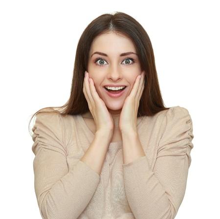 Verraste vrouw met geopende mond en grote ogen hand in hand in het gezicht en op zoek gelukkig geïsoleerd op witte achtergrond Stockfoto