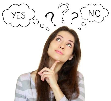 mujer pensando: Mujer joven que piensa con s� o no elecci�n buscando aislado sobre fondo blanco