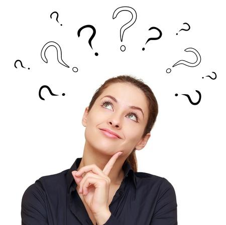 mujer pensando: Mujer sonriente de pensamiento con preguntas marcan sobre la cabeza mirando hacia arriba aislados en fondo blanco