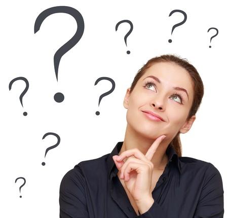 signo de interrogacion: Pensando en la mujer de negocios mirando hacia arriba en muchas cuestiones no marcarán aislado en fondo blanco