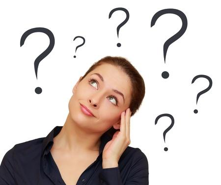 preguntando: Mujer de pensamiento con los signos de interrogación sobre la cabeza aisladas sobre fondo blanco Foto de archivo