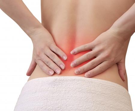 mujer desnuda de espalda: Mujer con las manos en la espalda en lugar de dolor aislado en el fondo blanco