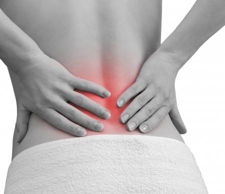 detras de: Dolor en la espalda de la mujer mujer tomados de la mano en lugar de dolor nuevamente aislado sobre fondo blanco Foto de archivo