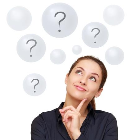 Szczęśliwa kobieta patrząc na pytania w pęcherzyków samodzielnie na białym tle