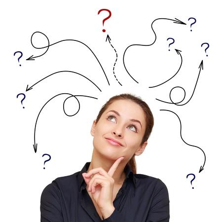 Kobieta biznesu ze strzałkami i pytania oznaczenia powyżej na białym tle