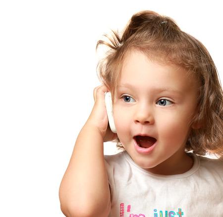 niÑos hablando: Bebé feliz hablando por teléfono móvil aislado en blanco Detalle