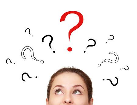 Pensare donna alzando lo sguardo su molti cartelli interrogativo sopra la testa isolato su sfondo bianco