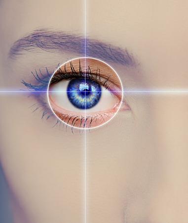 Technologii Eye, medycyna i wizja koncepcja Skupienie na niebieski kobieta oka Zdjęcie Seryjne