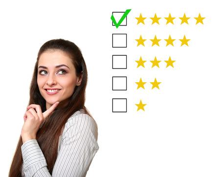 Myślenie kobieta Klient wybiera pięć ocena gwiazdki dobre opinie samodzielnie na białym tle