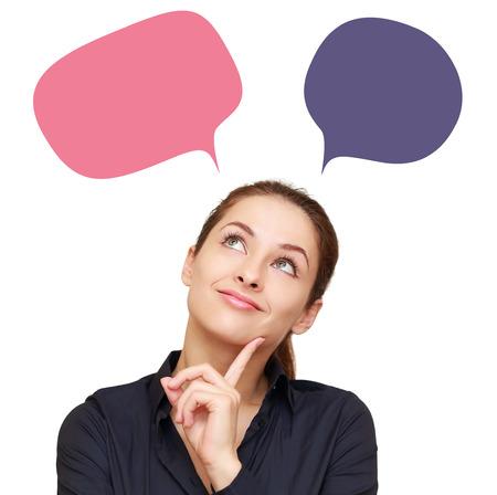 Penser femme d'affaires avec des pensées de couleurs nuages ??au-dessus isolé sur blanc