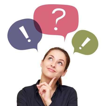 Myślenie biznesowych kobieta z kolorowych pęcherzyków czatu powyżej na białym tle