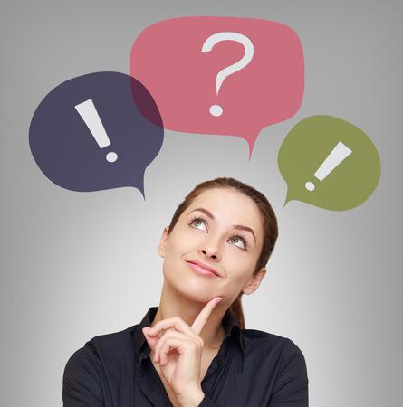 preguntando: Mujer de negocios con burbujas de colores por encima sobre fondo gris