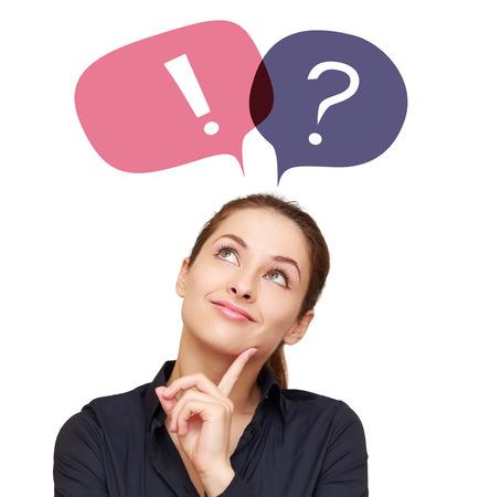 preguntando: Mujer de negocios con signo de interrogación colorido y de exclamación en los globos aislados sobre fondo blanco