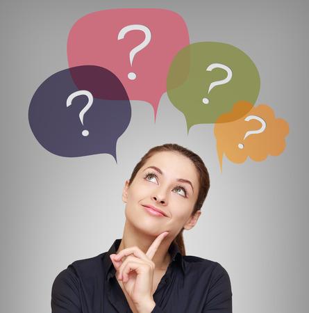 Penser femme d'affaires avec de nombreuses questions à bulles au-dessus Banque d'images