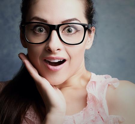 stupor: Gritando trabajadora de oficina con sorprendentes estupor grandes ojos con gafas Primer