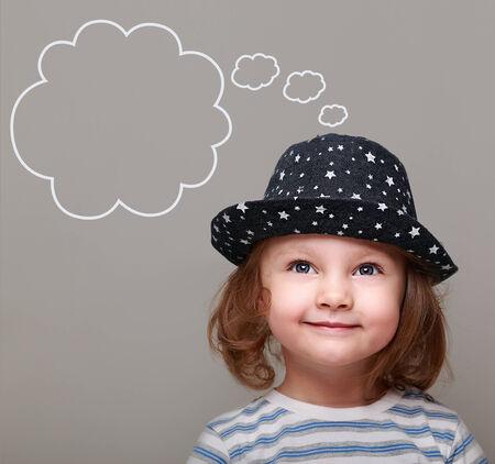 bambini pensierosi: Dreaming ragazza ragazzino in cappello guardando a vuoto