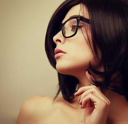 Perfil hermoso modelo femenino en gafas de moda en busca sexy Foto de archivo