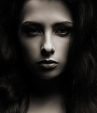 Макрофотография портрет красивая женщина лицо на темном фоне тени