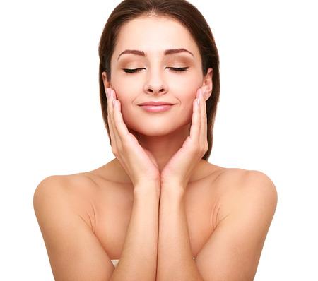 natural health and beauty: Spa bella mujer con la piel limpia de belleza tocar su cara con el modelo natural de los ojos de belleza cerrado