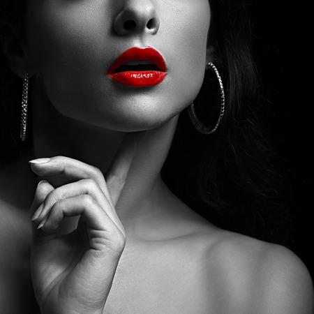 32432931-mujer-atractiva-con-los-labios-rojos-retrato-blanco-y-negro-primer.jpg?ver=6