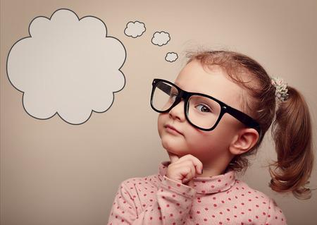 眼鏡空のコピー スペースと上記音声バブルと考えてスマート子供します。ビンテージの肖像画 写真素材