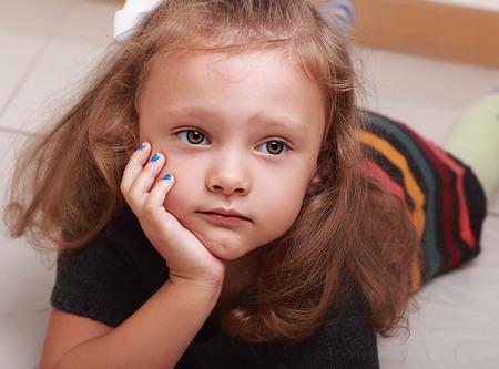 ojos llorando: Mentira linda chica chico triste que parece infeliz. Retrato del primer Foto de archivo