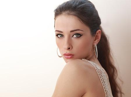 Belle femme avec maquillage yeux verts regardant sexy. Fermer Banque d'images