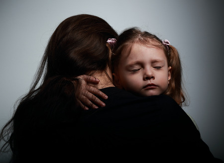 Triest huilende dochter knuffelen haar moeder met droevig gezicht op donkere schaduwen achtergrond Stockfoto - 37460268