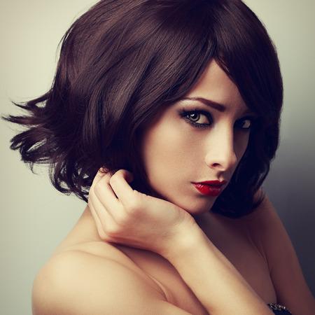 39972052 - Maquillaje modelo hermosa con corte de pelo corto negro y  mirada empeine. Primer arte del retrato del vintage e39a86883c64